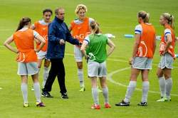 Oranjevrouwen luisteren naar bondscoach Reijners