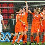 Oranje-leeuwinnen via Schotland naar finale play-offs.